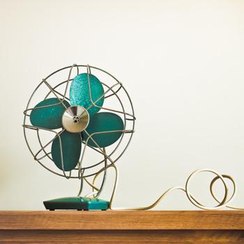 対策としては、やはり冷房や扇風機などを使用することが最適です◎ 節約で使わないようにしている方もいるかと思いますが、熱中症になってしまったら意味がないですよね。 夏は冷房の設定温度が高めでもいいので、つけたまま寝る方が効果的なのだそうですよ。扇風機でも効果が得られるそうです。