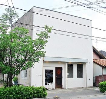幸手市に、埼玉の食べログパン部門NO.1に輝いたことのあるおしゃれなパン屋さんがあります。外観は、パン屋というよりもおしゃれなカフェのような雰囲気の一軒家。 元々、パンユニットを組まれていたという姉妹で営まれています。