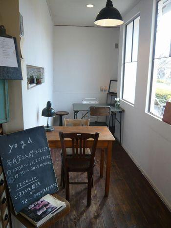 店内は、2つのテーブルが置かれ、小さなイートインスペースがあるのでドリンクと一緒にゆったり過ごせます♪ その他、ヨガ教室やイベントも開催されているのでチェックしてみて下さいね。
