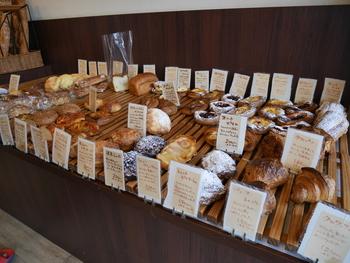 ハード系から、ペストリー系、サンドイッチ、食パン、ベーグルと小さな店内には、目移りするほど沢山のパンが並んでいます。それもそのはず、ご夫婦で1日120~130種類ものパンを焼いているそうです。