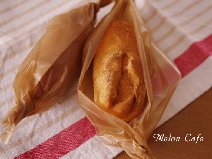 数ある給食メニューの中でもスター的存在といえば、やはり「あげパン」ではないでしょうか?「主食なのに、おやつっぽい甘さ」というのが、子供心をひきつけますよね。こちらは生地から作る本格的なあげパン。きなこをまぶすときは、袋にパン、きなこにプラスして、キッチンペーパーを一枚入れ、袋の口を閉じてまぶします。ペーパーが余分な油を吸ってくれる賢い裏ワザですね。