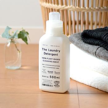 「え、これが洗濯洗剤!?」リビングに飾って、お客様にも見てもらいたくなるほど可愛いパッケージの「THE 洗濯洗剤」。 こちらの洗剤、見た目のスタイリッシュさだけが売りではありません。実は、人にも環境にも配慮された洗剤なんです。