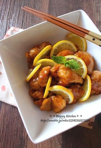 お馴染みの照り焼きにレモン、はちみつ、生姜をプラスすれば、より照りがキレイでさっぱりとしたおかずに。夏に食べたい、ご飯がすすむ一品です。