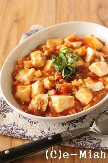 材料はミートソースとお豆腐だけ、という手軽さ。ここでは自家製のたけのこ入りミートソースを使っていますが、普通のミートソースでもOKです♪辛みの好きな人は好みでラー油を落としてどうぞ。
