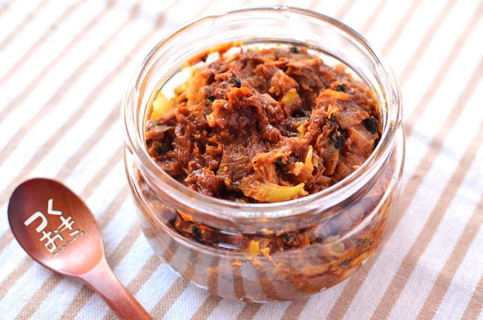 わかめとネギ、だしの元を味噌と練り合わせておけば、あとはお湯で溶くだけでお味噌汁の出来上がり。ゴマ油を大さじ1杯ほど入れてコクを出しています。日持ちは10日ほど。