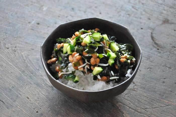 お刺身わかめ(生)がおすすめのレシピですが、乾燥わかめでも応用OK.滑らかなわかめとコリコリのきゅうり、納豆のネバネバにじゃこの塩気。いろいろな味や食感が楽しめるさっぱり丼です。
