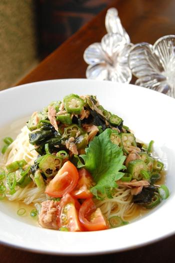 オクラとツナ、わかめを絡めて多彩な食感が楽しめる冷製パスタ。細麺のカッペリーニを茹ですぎずにシャッキリ仕上げるのがポイントです。