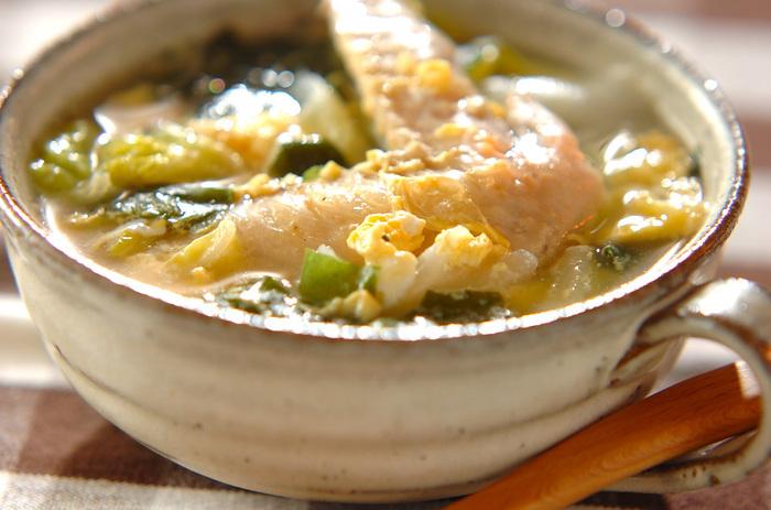 こちらは、コラーゲンたっぷりの手羽先の旨味がスープの旨味が白菜とわかめに染み込んだ「ごちそうスープ」。塩加減が味の決め手になるので、必ず味見して仕上げましょう。