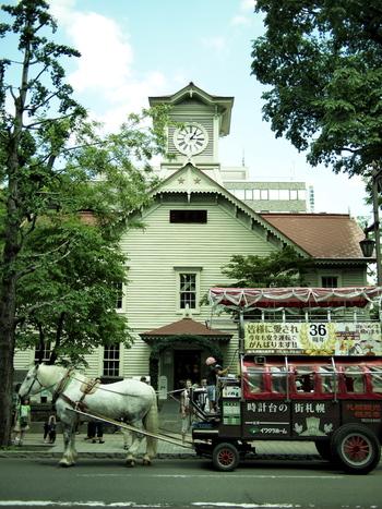 札幌のシンボル、札幌市時計台。「がっかり名所」などと言われることもありますが、内部を見学すると発見がいろいろ。毎時間正時に鳴る鐘の音は、札幌市に欠かせない音色。内部は見学OKで、1階は展示室、2階は旧演武場の空間を生かしてコンサートなどが行われるホールになっています。また、時計台の内部で日本最古の塔時計として実際に駆動しているものと同型の機械も間近で見られるように展示されています。