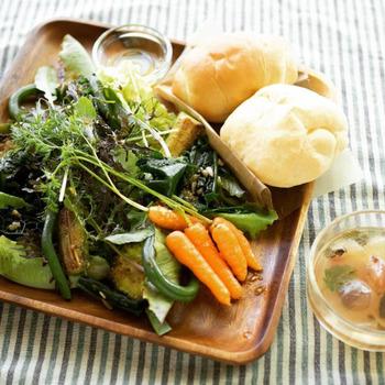 旬野菜サラダプレート。軽くソテーされたものもありますが、このベビーニンジンは洗っただけ。無農薬だからこそ、生野菜でも安心して食べられますね。暑い夏の日であまり食欲がなくても、こんな新鮮な野菜が味わえるプレートなら食も進みそうです。