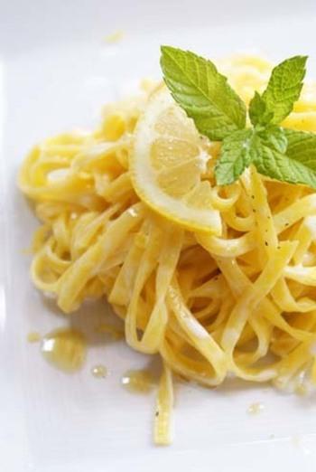 イタリアのレモンパスタのレシピです。ソースにはレモンの果汁とすり下ろした皮をたっぷりと、さらに仕上げにレモンを振りかけて。レモン尽くしのさわやかでシンプルな一皿。