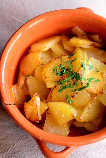 レモンとポテトのちょっと変わった取り合わせ。フライパン一つで出来る、あと一品におすすめのレシピです。レモンの皮のすりおろしも使って、香りまで存分に楽しんで!