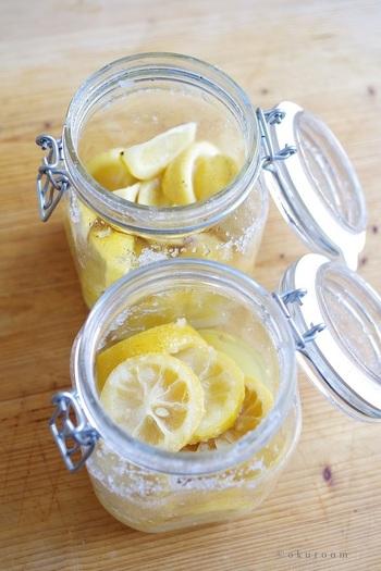 """塩とレモンだけでできる、話題の""""塩レモン""""のレシピ。瓶をしっかり消毒したり、無農薬・ノーワックスのレモンを使ったり。シンプルだからこそ、ポイントをしっかり押さえておきたいですね。"""