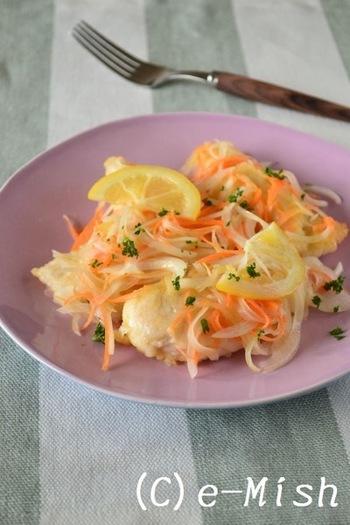 よりさっぱり食べたいなら、塩レモンマリネがおすすめです。下処理で塩レモンをもみ込むので、パサつきやすいささみもふっくら柔らかく。ヘルシーで食べやすい一品です。