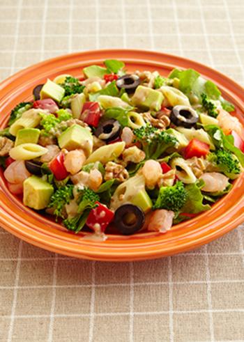 すべての具材を小さくカットしたチョップドサラダ (Chopped Salad)は、ドレッシングと具材がよく馴染み、ナイフを使う必要がないので手軽に食べられます。アボカドやブロッコリーなどざく切りにした野菜と、海老とペンネでボリューム感を出したこの一皿で、ご飯代わりにもなりそうですね。