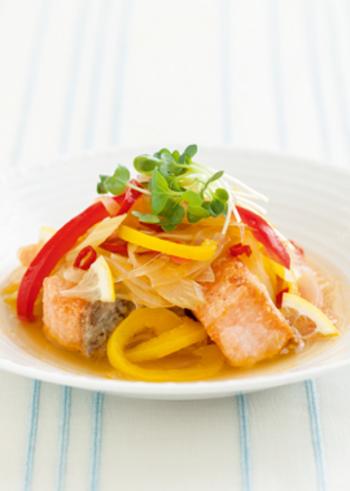揚げ焼きした鮭と、たっぷり野菜を、酸味を効かせて夏らしい味わいに。さっぱり食べられる一品です。