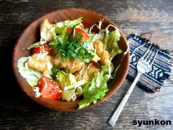 しっかり味のついた揚げ焼きしたタラなので、生野菜やマヨネーズといっしょに頬張ると、すごくおいしいです。レタスのシャキシャキ感も楽しんで。