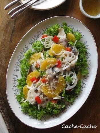 八朔の果肉はサラダに入れ、果汁はドレッシングに使った爽やかで、フルーティーなサラダ。 しめ鯖を入れてボリュームも出し、ごちそうサラダに♪