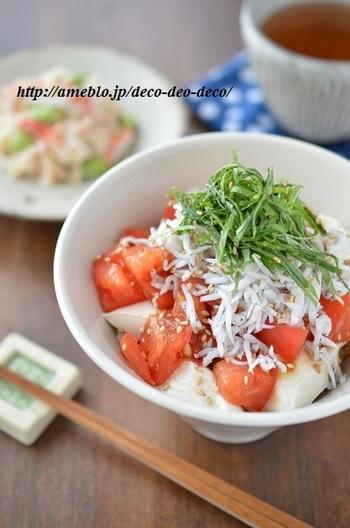■しらすと豆腐のトマト漬け丼  淡泊な豆腐と、生姜&ごま油のきいた<タレ>をまとったトマトが相性抜群!しらすの塩気と大葉の香りが味に深みを添えます。トマトの酸味がさっぱり~豆腐がつるりん~暑い日でもするするっといくらでも食べられます♪  夏に美味しいトマトの凄い力をご存知ですか? トマトに多く含まれるリコピンには強い抗酸化作用がありアンチエイジング効果や美白効果が期待できます。酸っぱさの素クエン酸には、疲労回復に効果あります。カリウムは、体内に溜まった余分な塩分や水分を排出するので、むくみの解消にも。