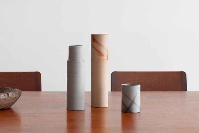 先ほどご紹介した「DAIKURA」とプロダクトデザイナー辰野しずかさんとのコラボレーションによって誕生した備前焼のウォーターカラフェ「hiiro(ヒイロ)」。シャープなフォルムと美しい色合いが特徴です。