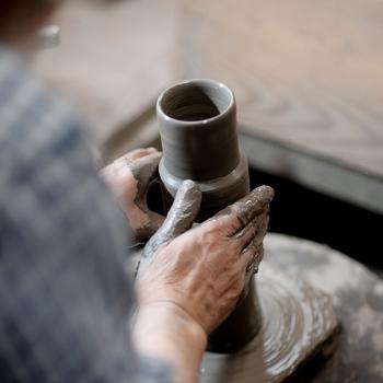備前焼の成形は手びねりやろくろで行います。