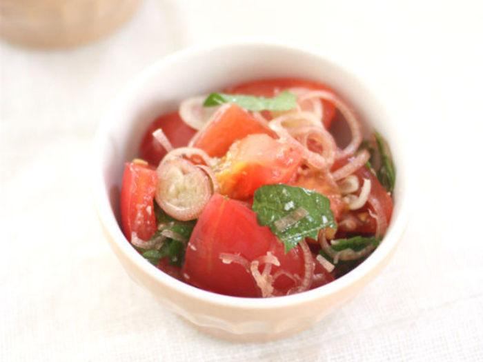 塩麹に漬けたトマトと薬味だけで作れるお手軽レシピ。塩麹の効果でトマトの甘味が引き立ちます。みょうがや青じその他にも、生姜やネギなどお好みの薬味で楽しんで。