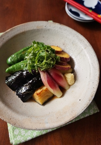 夏野菜をたっぷり使った南蛮漬けのレシピです。具材には夏野菜とみょうがを、南蛮酢には生姜を、仕上げには大葉を盛りつけて。薬味尽くしでさっぱり、おいしいですよ♪