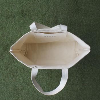 内側にはポケットがひとつ。荷物をざっくり詰め込んで、おでかけしたくなるバッグです♪