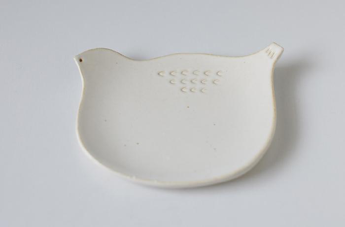 磁器でできたこちらのトリさんの小皿は、コロンとまるくなんとも可愛らしい器。ひとつひとつ手作りのディティールもたまりません。お菓子を置いていただいきたいですね。
