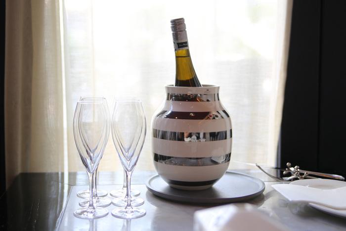 そんなオマジオの新しい使い方としてKOZLIFEが提案するのが、なんと「ワインクーラー」! ご覧の通り、「Medium」はワインボトルにぴったりの大きさなんです。 シルバーのボーダーなら、グラスやカトラリーとも上手に調和し、テーブルに乗せても違和感なくなじんでくれますよ。  ワインクーラーを買ってもパーティーや記念日以外あまり使わず、結局しまい込んでしまうことも。 オマジオならそんな心配も不要です。だって、ワインに使わない時は、花を生ければ良いのですから♪