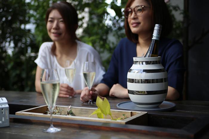 屋外での食事やガーデンパーティーにもどうぞ。景色を楽しみながら飲むワインは、また味わい深いものになりますよ。