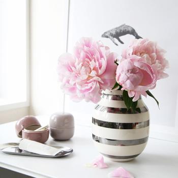 オマジオは、もともとフラワーベースとして作られたアイテムですので、季節の花を生けて1年中お楽しみいただけます。シルバーは、生ける花の色を選ばず、美しさを引き立ててくれる効果もありますよ。また、花を生けずに、インテリアのアクセントとして飾っておくのもおすすめです。