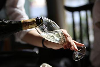 オマジオと一緒にお届けするのは、フレッシュなフルーツの香りが印象的な、オーストラリアのスパークリングワイン。 ぜひオマジオで冷やして召し上がってみてくださいね!