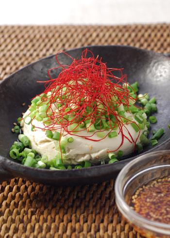 【コク】にんにくとごま油でしっかり食べ応えある風味に。 【さっぱり】ぴりりと効かせた糸唐辛子とひんやり冷たいお豆腐でツルンと食べられそうですね。