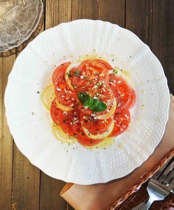 フレッシュなトマトとレモンを輪切りにスライスして、オリーブオイルやはちみつをドレッシングとしてかけたトマトのハニーサラダです。レモンの酸味が爽やかで暑い夏にぴったり。見た目もとっても美しいので、おもてなしメニューにもおすすめです!