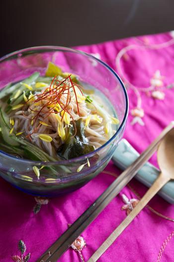 【コク】ダシダと鶏ガラスープの素でダブル出汁。味に深みが出ること請け合いです。 【さっぱり】夏野菜代表のきゅうりと、磯の香のワカメで爽やかな風味を楽しめそうですね。