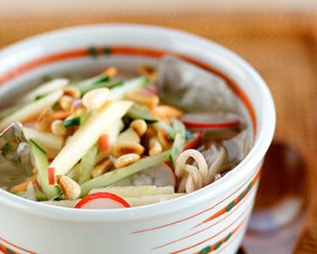 【コク】にんにく、しょうが、唐辛子と韓国風の味付けに欠かせない3品揃ってます!にんにくの香りでコクが出ます♪ 【さっぱり】やはり注目なのはお野菜の多さ。生でザクザク、サッパリ食べられそうです。