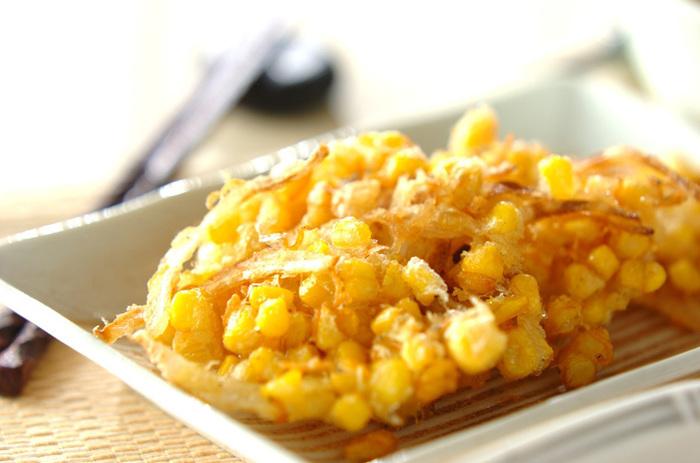 茹でてそのままでもとっても美味しいとうもろこしですが、お料理にも大活躍。こちらはとうもろこしとチリメンジャコ、玉ネギを合わせたかき揚げです。天ぷらにするとコーンの甘みがぐっと引き立ちます。