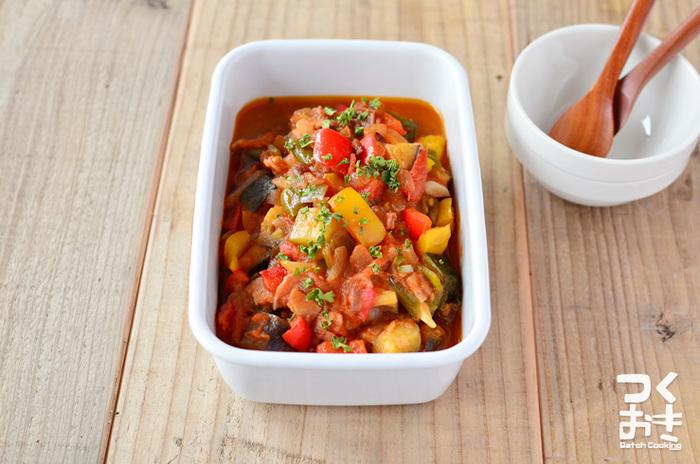 こちらも夏野菜をふんだんに使ってつくるメニューです。ナスやピーマン、パプリカ、玉ねぎを刻んで、トマトでじっくり煮込みます。熱々でも、冷蔵庫で冷やしても美味しいんですよね。たくさん作って常備菜にしたり、パスタなどにアレンジしても◎です。