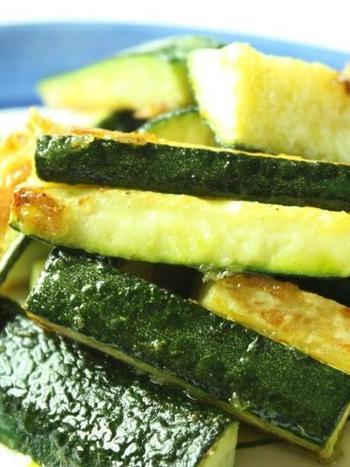 こちらはズッキーニに、薄く小麦粉をまぶして油で揚げて、お塩でいただく「シンプル揚げ」。これこそ旬ならではの、簡単だけれどいちばん美味しい食べ方かもしれませんね♪