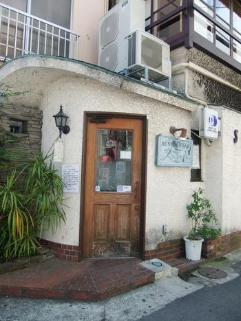 レストランスコットは街にある小さな洋食店。見た目に派手さはありませんが、どことなく懐かしい雰囲気があります。創業は昭和21年。谷崎潤一郎や志賀直哉など作家・画家にも愛された老舗洋食店なんです。