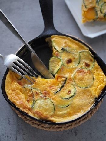 フリッタータとは、イタリア風のオムレツのこと。こちらではズッキーニやかぼちゃを使っていますが、他にもナスやトマトなど、いろんな夏野菜を炒めて、卵液を加えてグリルで焼けばできあがりです。スキレットで作るとそのままテーブルに出せて素敵ですね♪