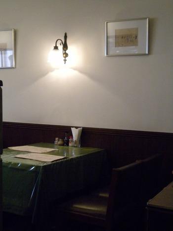 こちらは個室の席。テーブルクロスの感じといい、壁際のランプといい、昭和レトロの懐かしい感じがたまりません。