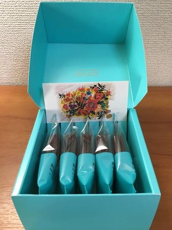 """東京カンパネラの""""カンパネラ""""とはイタリア語で鐘のこと。口の中で鐘の音が響き渡るように軽やかな食感のお菓子に。 そして、贈る人と贈られる人の心が共鳴しあうようにとの願いが込められているそうです。 まさにお土産にぴったりのお菓子。中に入っている花の絵のしおりは、有名なピアニストであるフジコ・ヘミングさんがこのお菓子のために描きおろしたものなんだそう。"""