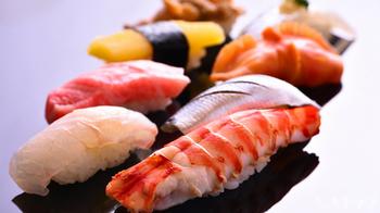 北海道・札幌といえば「お寿司や海鮮!」という方も多いのでは?札幌で海鮮を味わうなら、全国に有名な高級すし店もあれば、リーズナブル・カジュアルにレベルの高いお寿司を味わえる回転寿司、豪快さが魅力の海鮮居酒屋まで選択肢はさまざま。楽しみたい雰囲気や予算、一緒に行く人に合わせてお店を選べます。写真は「すし善」。