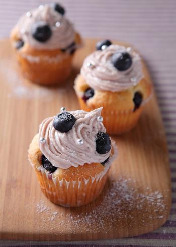 カップケーキのデコレーションもブルーベリーで。ほんのりとピンクに染まったクリームが上品です。ケーキ生地にもちゃんとブルーベリーが入っていますよ。