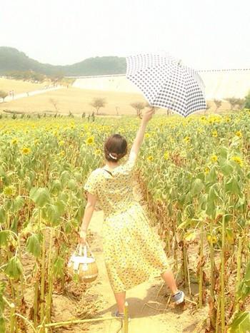 夏だからこそ、ポップな柄でおしゃれを楽しむのも良いですね。レモンイエローのワンピースにブルーの日傘をプラスすれば、夏っぽさとさわやかさを兼ね揃えた夏コーデの完成です。