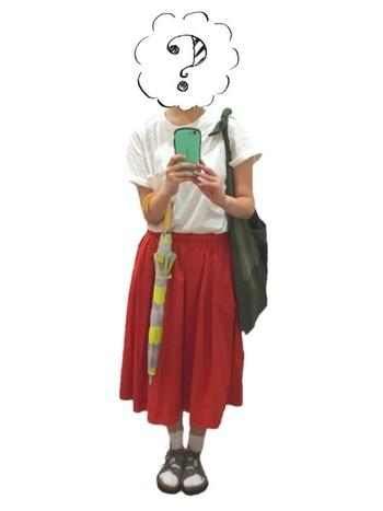 赤いスカートがアクセントになった、シンプルな組み合わせ。グレー×ネオンイエローの日傘をプラスすれば、遊びゴコロのある素敵なコーディネートに。