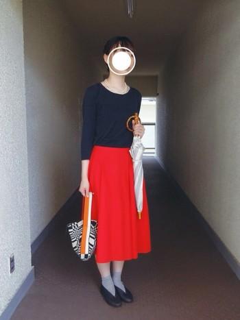 シンプルなカットソー×ロングスカートというフェミニンな装いに合わせているのは、「シュールメール」の日傘。さわやかなボーダー柄が、コーディネートのアクセントになっています。竹でつくられた手元の部分が上品な雰囲気で、おめかししたときにもぴったり。