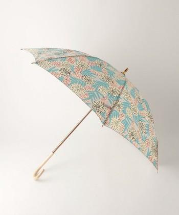 北欧テキスタイルのような、やさしい花柄が目を引く「COCCA」の日傘。コーディネートのアクセントにぴったりです。